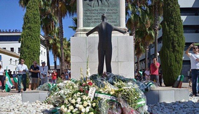 Ofrenda floral en el monumento a Blas Infante