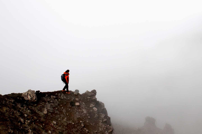 Durante la ascensión se ven precipicios que han formado los ríos de lava