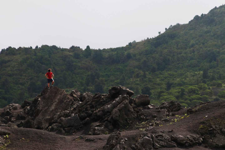 La tierra volcánica y las montañas verdes de alrededor forman paisajes preciosos
