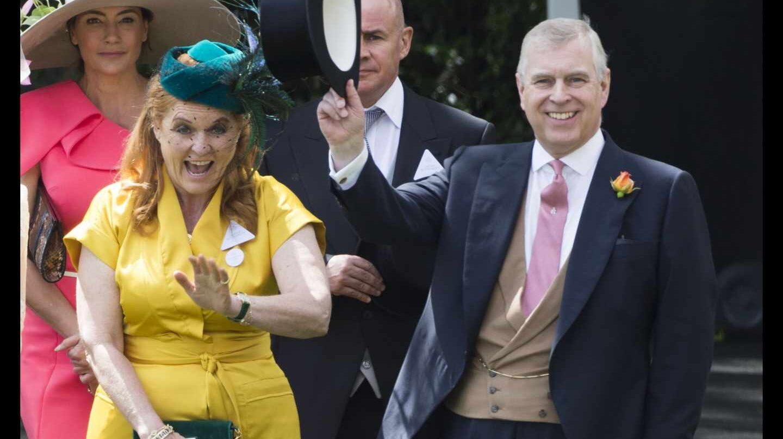 El príncipe Andrés y su ex esposa Sarah Ferguson, en las carreras de Ascot.