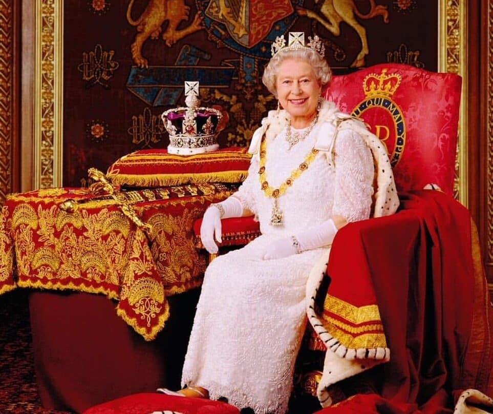 La Reina Isabel II del Reino Unido posa junto a la Corona.