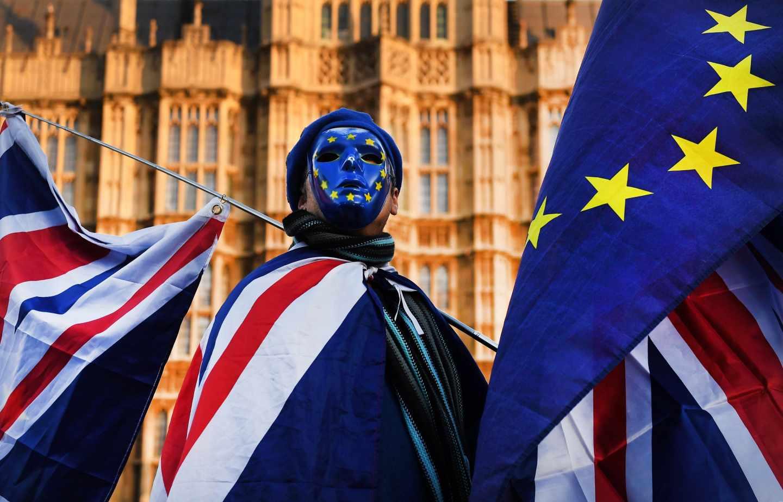 Un manifestante británico proeuropeísta denuncia ante Westminster el 'golpe' de Johnson