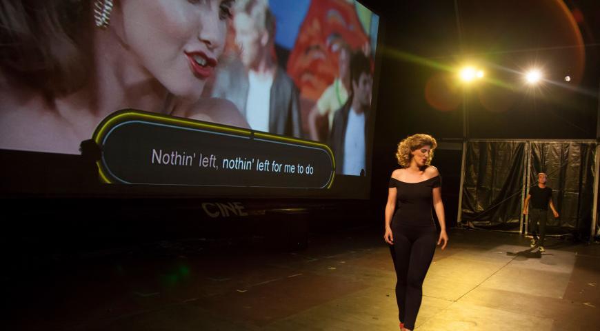 El cine Conde Duque durante una actuación en vivo de Grease