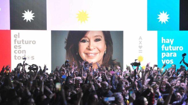 Seguidores peronistas aclaman Cristina Fernández de Kirchner, en imagen, al conocer la victoria en las primarias.