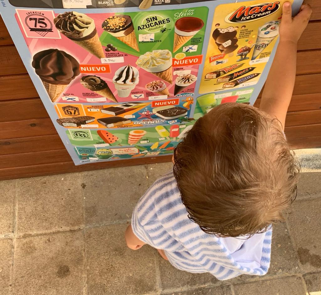 Un niño eligiendo helados.