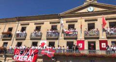 Tafalla exhibe en presencia de Chivite la ikurriña y una pancarta por los presos