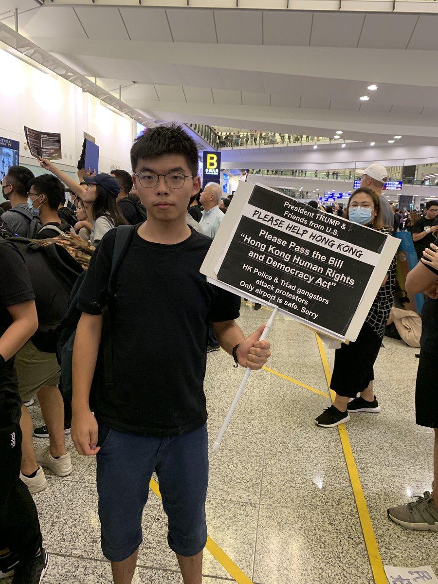 El joven activista Joshua Wong, en el aeropuerto de Hong Kong.