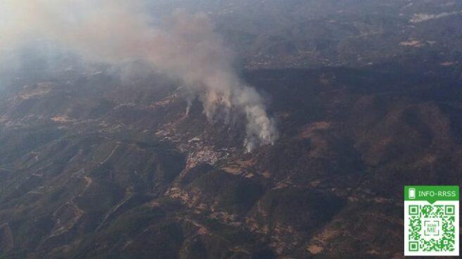 Vista aérea del incendio forestal en Almonaster la Real (Huelva).