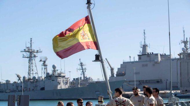 Marineros a bordo del buque Audaz, antes de partir desde Rota.