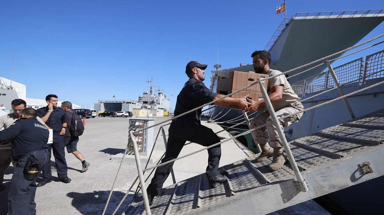 Militares cargan con víveres el buque Audaz antes de partir desde Rota, el martes.