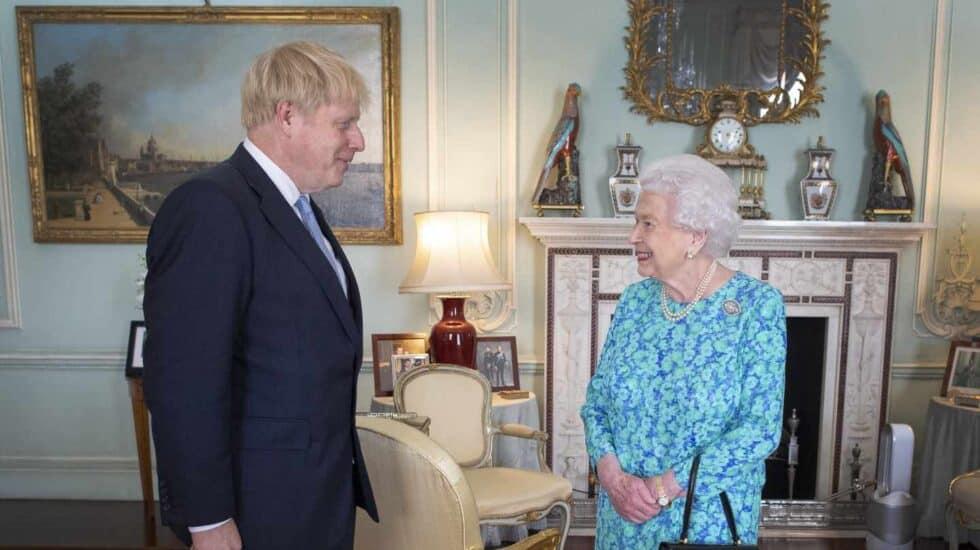 La Reina Isabel II recibe a Boris Johnson como primer ministro.