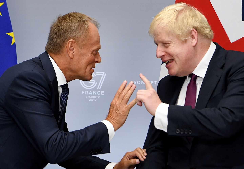 El presidente del Consejo Europeo, Donald Tusk, y el primer ministro británico, Boris Johnson, durante la cumbre del G-7 en Biarritz.