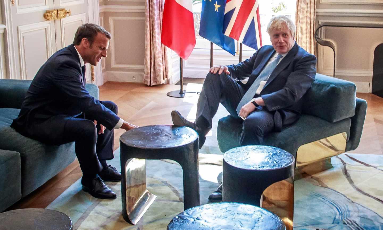Boris Johnson, con el pie sobre la mesa durante su encuentro con Emmanuel Macron en París.