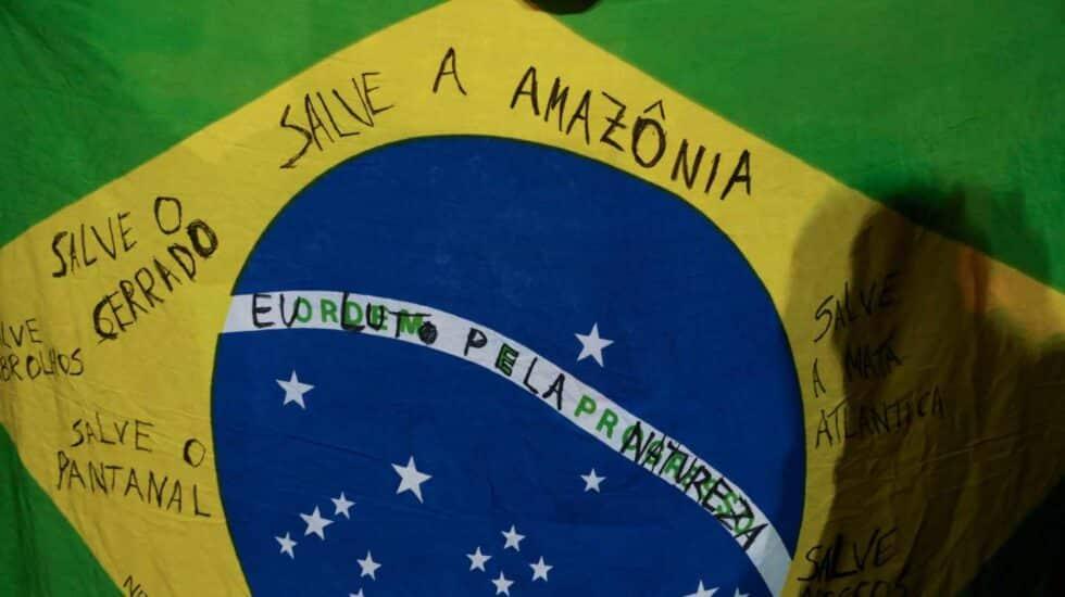 Una bandera brasileña, en las protestas contra los incendios en el Amazonas.