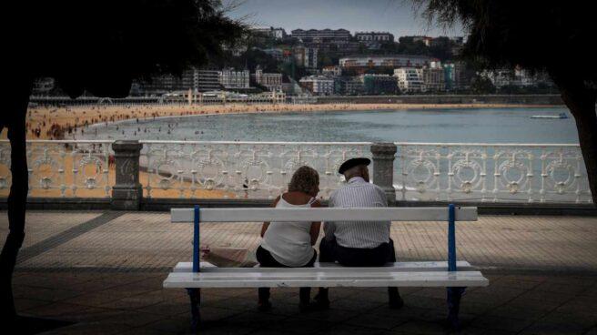 Una pareja descansa en un banco en la playa de La Concha, en San Sebastián, este lunes.