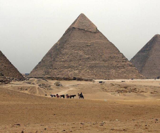 Una cena frente a las pirámides