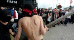 Encapuchados tratan de atacar a los gendarmes durante una manifestación contra el G-7 en Baiona.