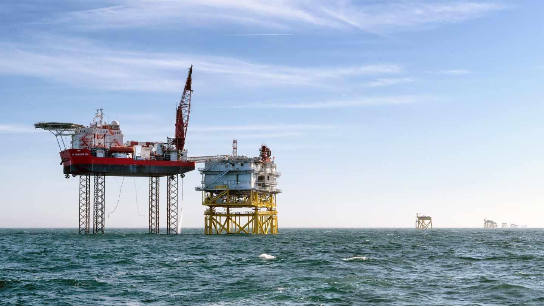 Instalación de la subestación del parque eólico marino de East Anglia One.