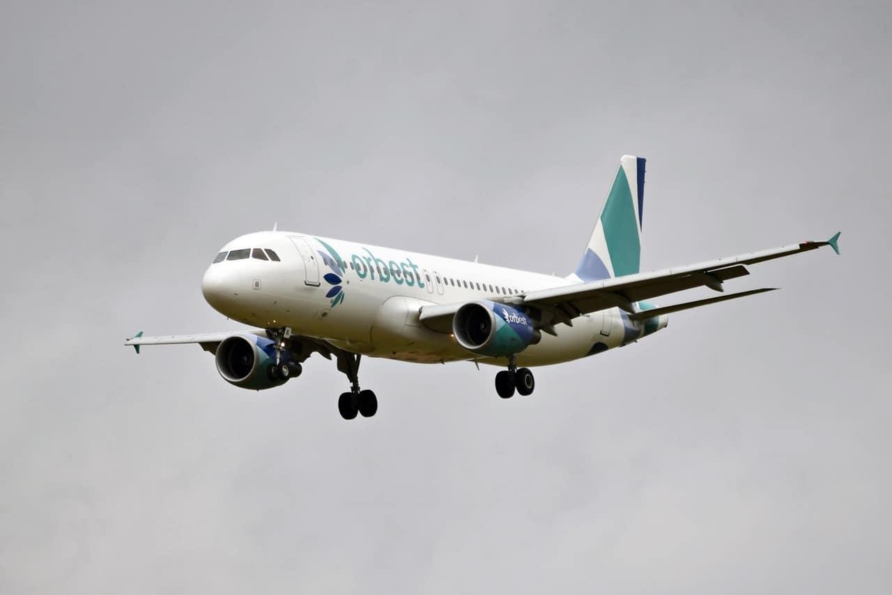 Avión de la compañía Evelon en vuelo.
