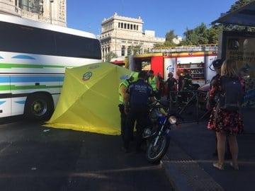 Los médicos del Samur atienden a la motorista atropellada en Madrid.
