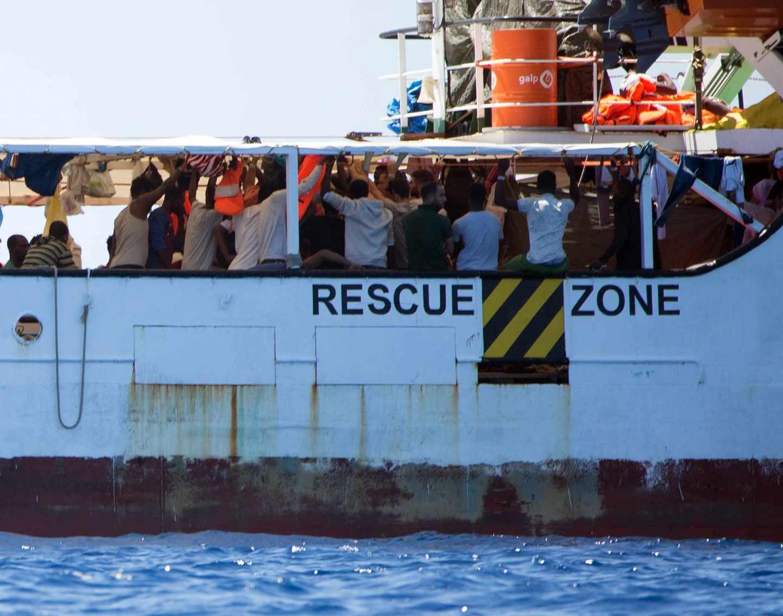 Inmigrantes a bordo del Open Arms, a la espera de poder desembarcar.