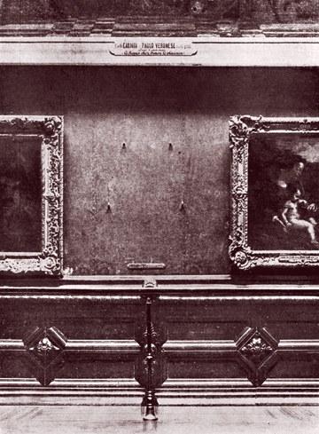Los cuatro ganchos desnudos en la pared del Louvre que una vez sostuvo la Mona Lisa. De la biblioteca de imágenes de Mary Evans
