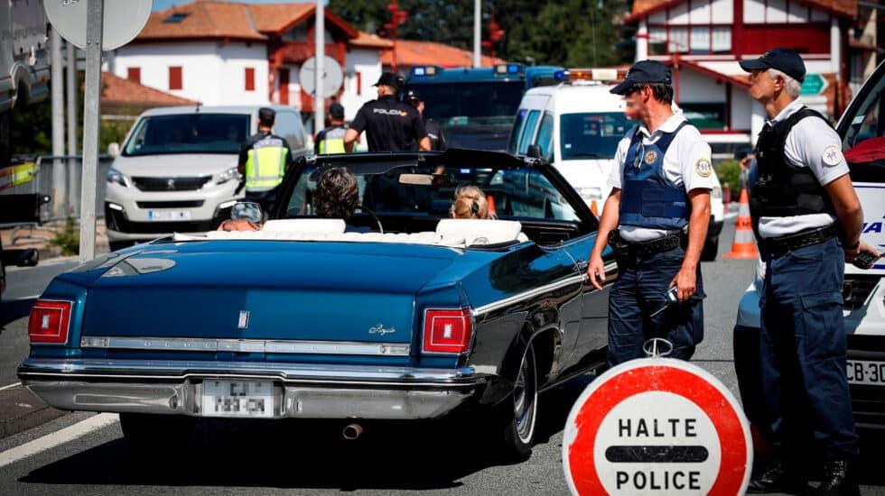 Un coche clásico cruza la frontera de Biriatou (Francia) este jueves, donde los controles son intensivos con motivo de la celebración de la cumbre del G7 en Biarritz.
