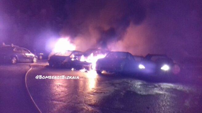 21 coches han ardido en un parking low cost del aeropuerto de Bilbao.