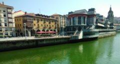 Tiñen de verde con sustancias químicas la ría de Bilbao para protestar contra el G-7