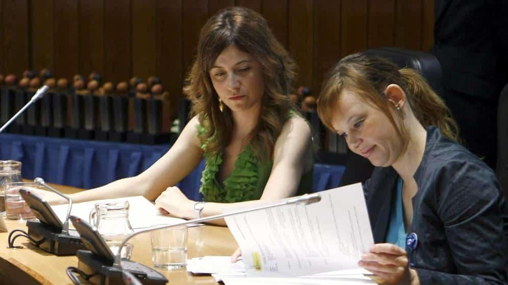 La exministra de Sanidad, Política Social e Igualdad Leire Pajín (d), junto a la exsecretaria de Estado para la Igualdad Bibiana Aído.