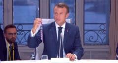 El presidente Emmanuel Macron muestra el obsequio que ha hecho a los líderes del G-7.