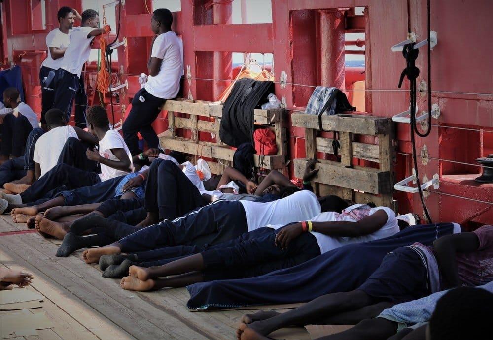 Migrantes duermen en la cubierta del Ocean Viking.