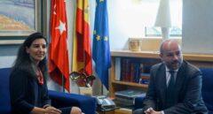 Rocío Monasterio con el presidente de la Asamblea de Madrid Juan Trinidad (Cs), este lunes.