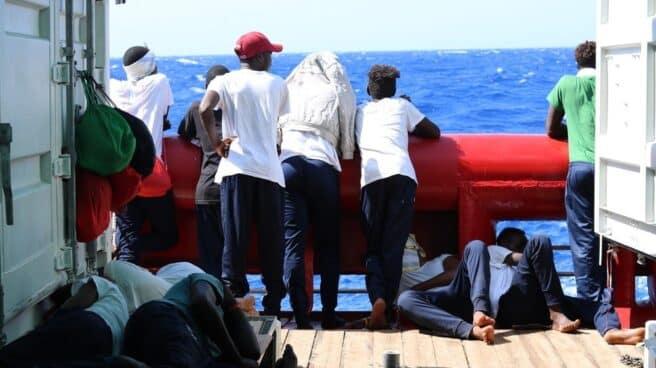 El Ocean Viking lleva 13 días esperando un puerto seguro con 356 migrantes a bordo, más de 100 de ellos menores.