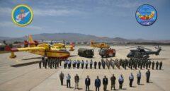 Pedro Sánchez posa junto a efectivos de las Fuerzas Armadas desplegados en Gran Canaria por el incendio forestal.