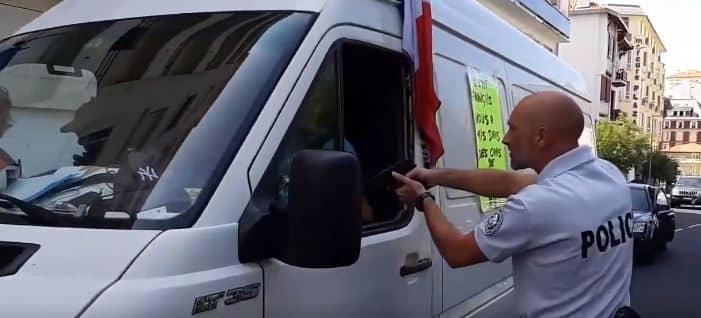 Un gendarme encañona al conductor de una furgoneta en Biarritz.