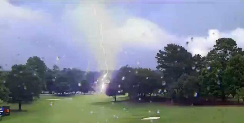 Un rayo ha golpeado el campo donde se disputa el torneo final de los PlayOffs de la FedEx Cup de golf.