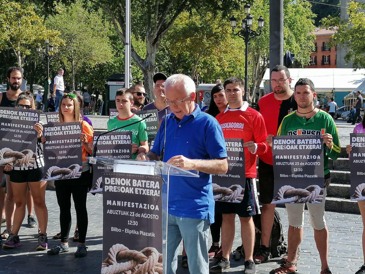 Joseba Azkarraga durante la presentación de la marcha en apoyo a los presos de ETA y en contra de su dispersión.