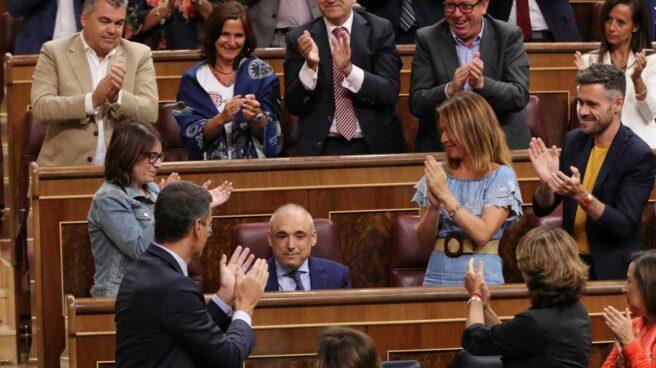 El diputado del PSOE Rafael Simancas aplaudido por sus compañeros tras su intervención en el Pleno.