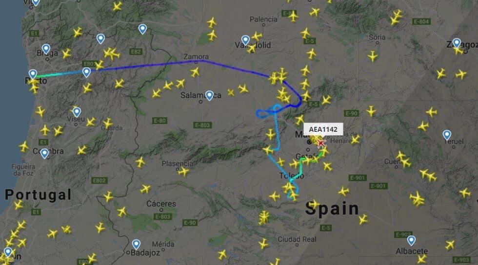 Los vuelos con destino Madrid-Barajas están teniendo que mantenerse en espera sobre el centro de la península por las fuertes tormentas en Madrid.