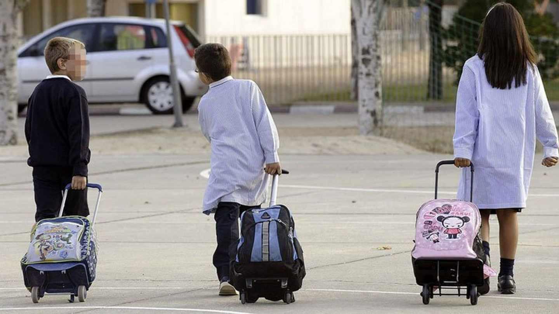 Niños asistiendo al colegio.