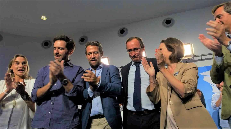 El líder del PP vasco, Alfonso Alonso, junto a Cuca Gamarra, y otro dirigentes populares vascos.