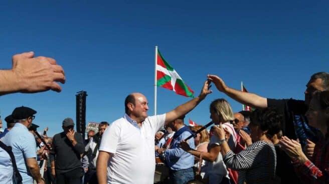 El presidente del PNV, Andoni Ortuzar, saluda a los simpatizantes, hoy en el 'Alderdi Eguna'.