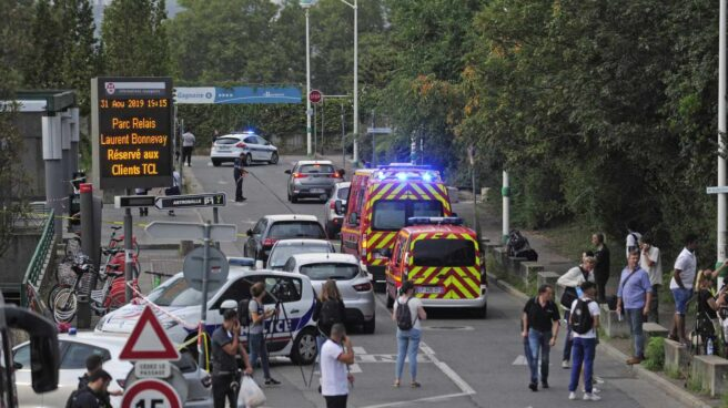 Policía francesa y efectivos de emergencias en la zona del ataque en Villeurbanne, cerca de Lyon.