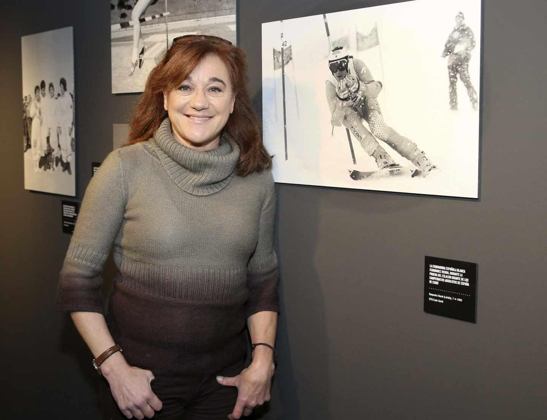 Blanca Fernández Ochoa junto a una fotografía suya
