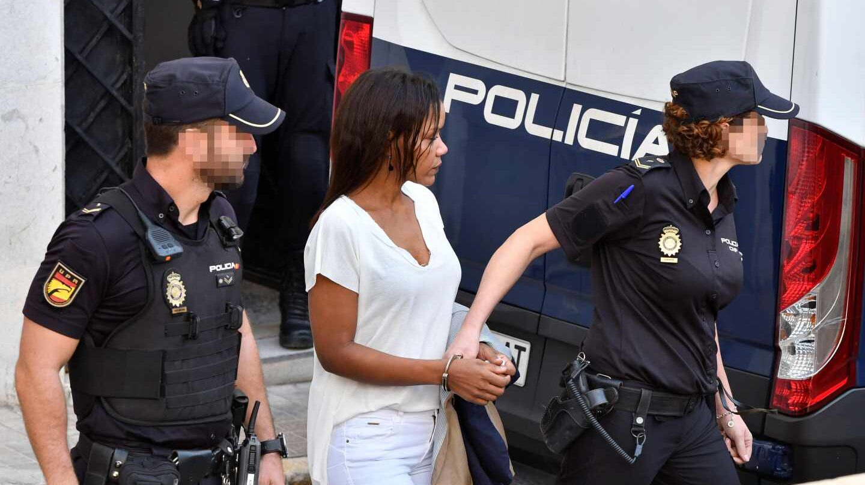 Ana Julia Quezada, custodiada por la Policía Nacional, a su salida de la Audiencia Provincial de Almería.