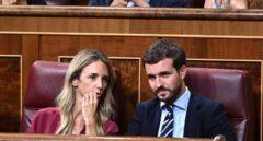 El líder del PP, Pablo Casado, junto a la portavoz, Cayetana Álvarez de Toledo, en el Congreso de los Diputados.