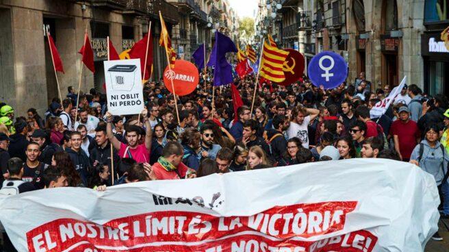 Numerosos manifestantes convocados por Arran recorren las calles de la ciudad condal tras el acto de homenaje a Gustau Muñoz,