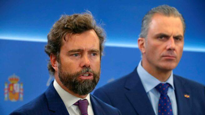 El portavoz de VOX, Iván Espinosa de los Monteros (i), y el secretario general del partido, Javier Ortega Smith,