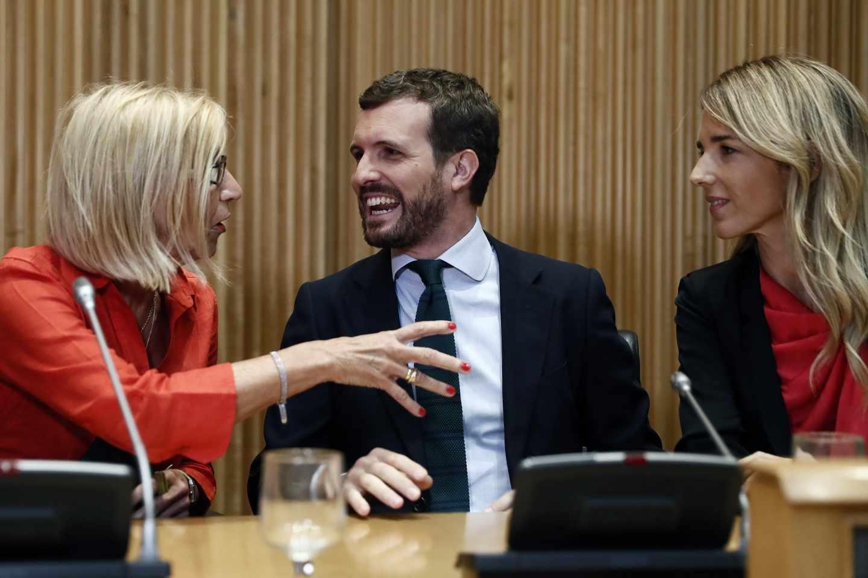 El presidente del PP, Pablo Casado, conversa con la fundadora de UPyD, Rosa Díez, y la portavoz del PP en el Congreso, Cayetana Álvarez de Toledo.
